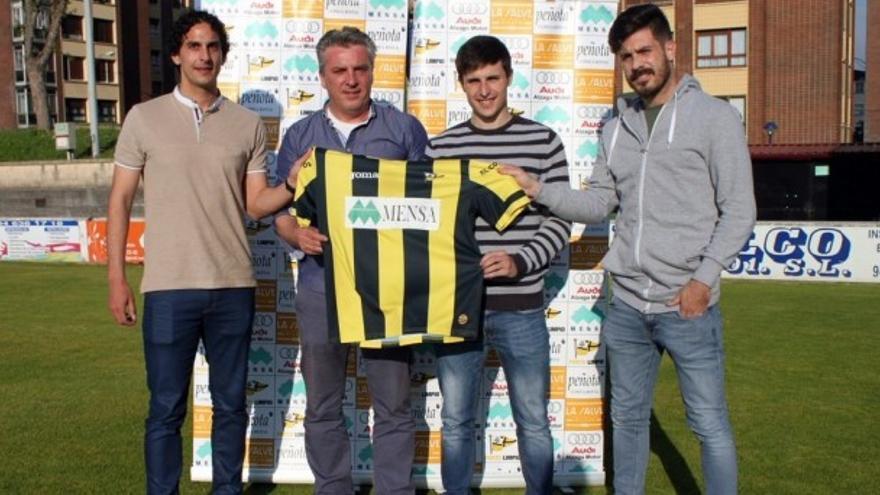 Paul Abasolo, primero por la derecha, durante su presentación con el Portu. Foto: Club Portugalete