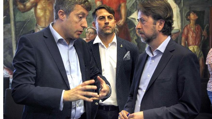 José Luis Rivero y Carlos Alonso, en primer plano y en la presentación de este miércoles