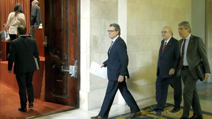 Artur Mas, acompañado por los consellers Homs y Mas-Colell, a su llegada a la reunión de la Diputación Permanente del Parlament