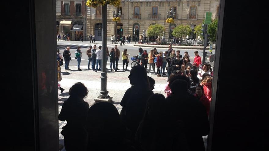Colas a las puertas de la oficina de Puerta Real en Granada