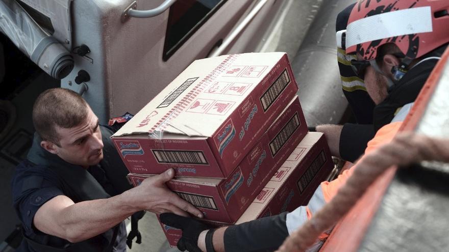 Las autoridades maltesas llevan víveres al buque Aquarius, donde la comida empieza a escasear.