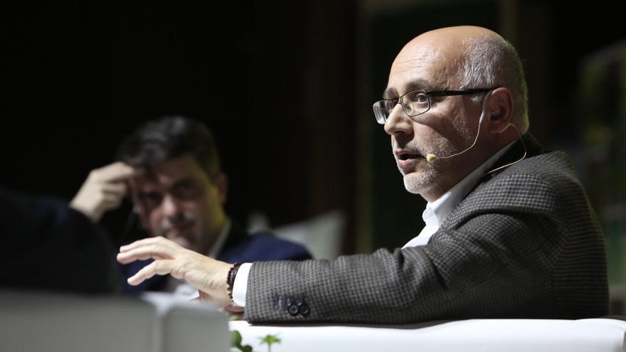 El presidente del Cabildo de Gran Canaria interviene en el coloquio junto a Jorge Morales.