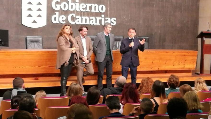 Cristina Valido, Carlos Alonso, Fernando Clavijo y José Manuel Bermúdez, en la asamblea con los vecinos de este lunes, en Presidencia del Gobierno de Canarias
