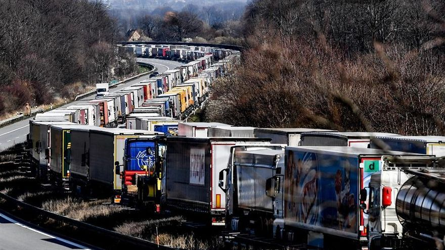 Atasco de camiones de 60 kilómetros en la autopista A4, cerca de Bautzen, Alemania, el 18 de marzo de 2020, a causa del cierre de la frontera  entre Polonia y Alemania.