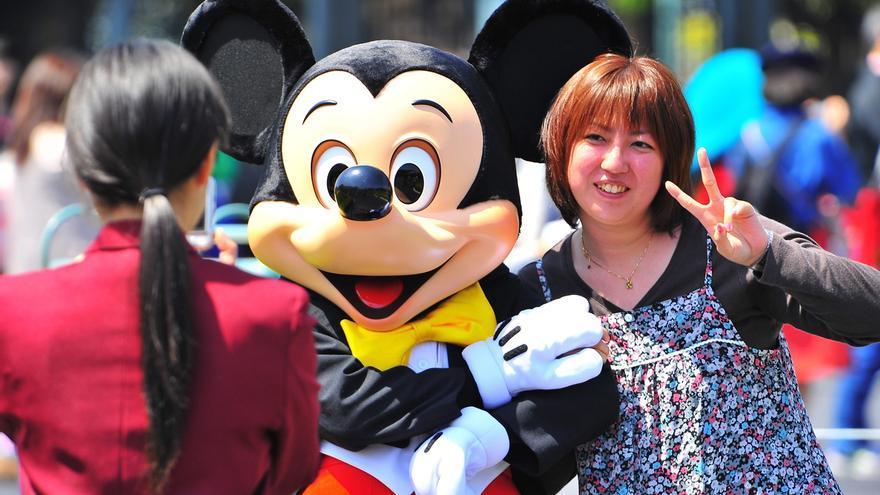 Los parques temáticos Disneyland y DisneySea de Tokio reabrieron hoy sus puertas después de cuatro meses cerrados por la pandemia de coronavirus, aunque con medidas especiales para evitar el contagio entre sus visitantes.