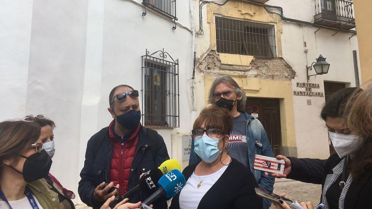 Lourdes Martínez y Manuel Ortega denuncian el mal estado de algunos edificios del Casco Histórico.