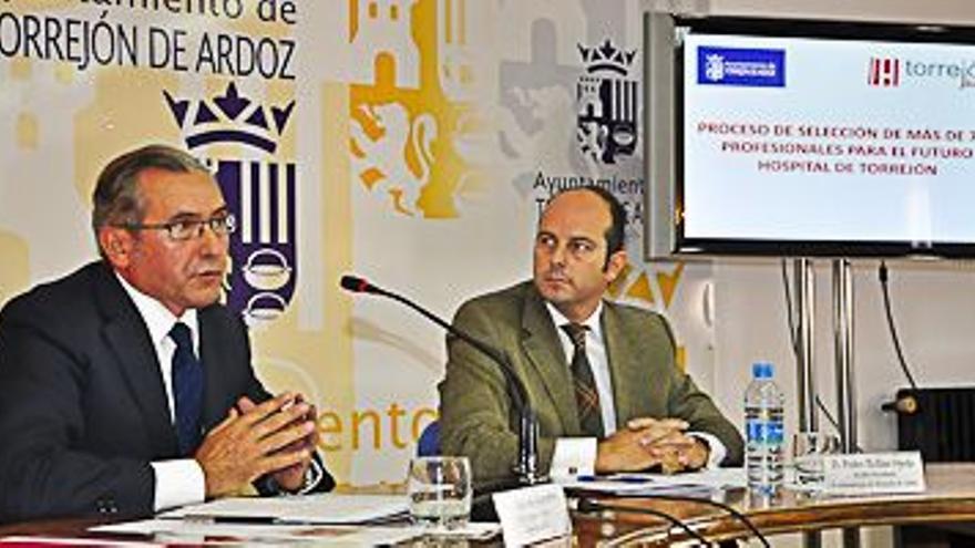 El alcade de Torrejón y el coordinador de Torrejón Salud, Mariano Guerrero, presentando la oferta de trabajo del hospital público-privado en 2011