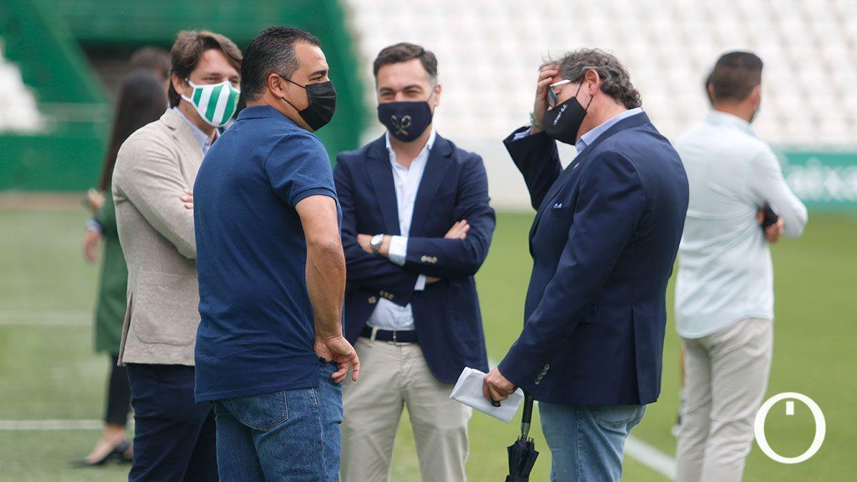 Consejeros dialogan con Crespo antes de un partido