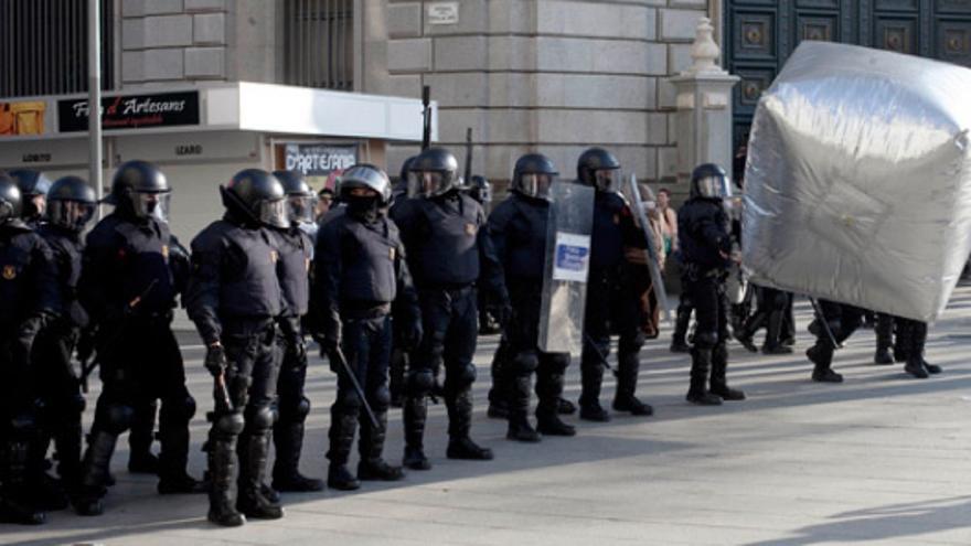 Cubo reflectante anti-cargas en Barcelona, 14-11-2012