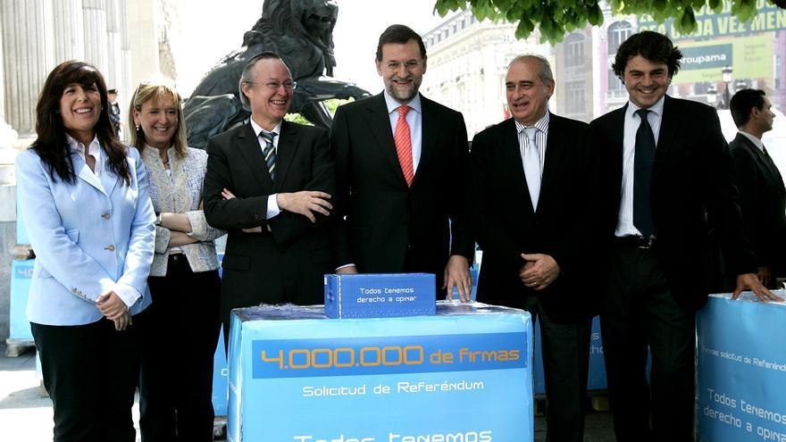 La dirección del PP, en abril de 2006, presenta sus firmas por un referéndum sobre el Estatut de Cataluña. / Foto: Juanjo Martín/EFE.