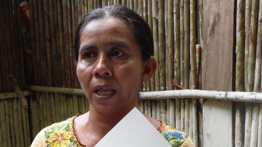 Matilde Caal mostrando su título de propiedad de la tierra