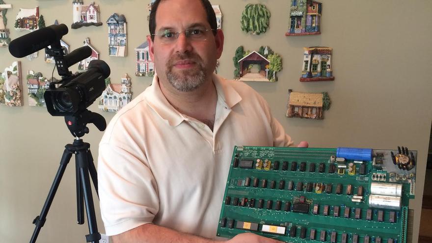 Corey Cohen, trabajando en la reparación de un Apple I en casa de sus propietarios