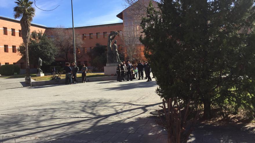 La policía impide a un grupo de estudiantes repartir folletos informativos en la Universidad Rey Juan Carlos de Madrid.