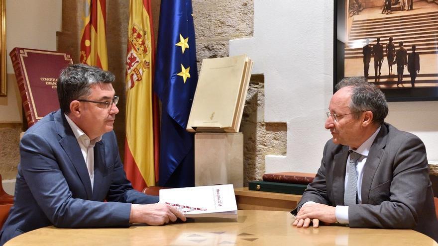 El presidente de las Corts, Enric Morera, recibe la memoria de 2018 de la Agencia Antifraude de manos de Joan Llinares