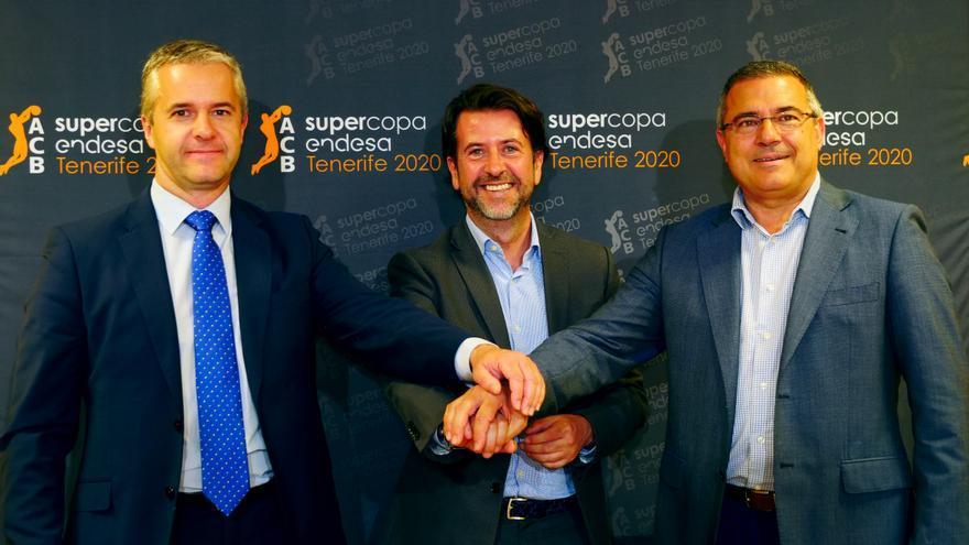 Imagen tomada en el Santiago Martín tras la firma del acuerdo