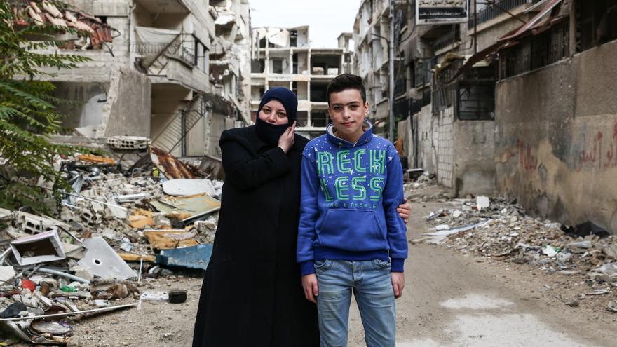 Amal Taifour posa con uno de sus hijos en una calle cercana a su hogar.