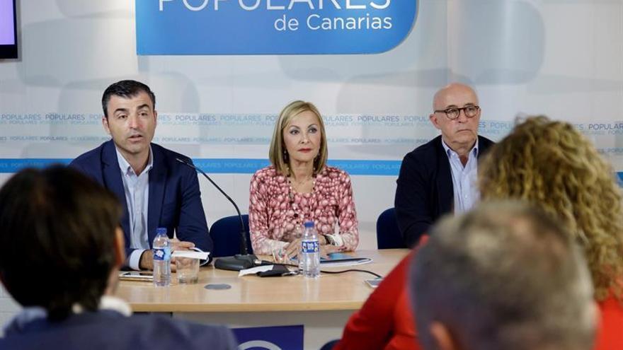 La presidenta del PP en Canarias, Australia Navarro (c), el presidente del PP en Tenerife, Manuel Domínguez (i) y el secretario general en Canarias, Pedro Suárez (c).