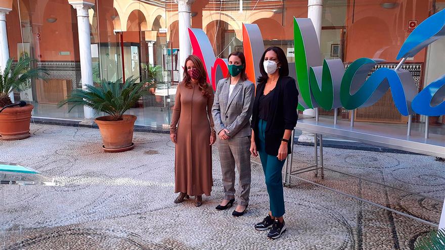 La delegada de Cultura, Cristina Casanueva (centro), la concejala de Cultura del Ayuntamiento, Marián Aguilar (izda.), y la directora del BFA, Úrsula López, presentan el espectáculo.