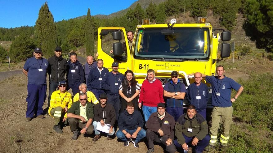 Los consejeros Carmen Brito y Juan Manuel González con técnicos y conductores.