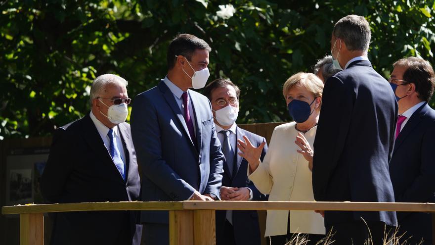 (I-D) El presidente del Gobierno, Pedro Sánchez, el ministro de Asuntos Exteriores, Unión Europea y Cooperación, José Manuel Albares; la canciller de la República Federal Alemana, Angela Merkel y el Rey Felipe VI, a su salida del Real Monasterio de Yuste,