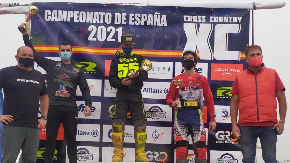 Pedraza, a la izquierda, tras su podio en Cózar.