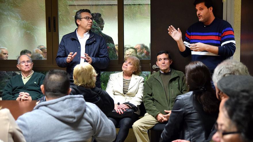 Los concejales José Ángel Martín y Dámaso Arteaga en una reunión sobre el ITE con los vecinos del distrito Ofra- Costa Sur.