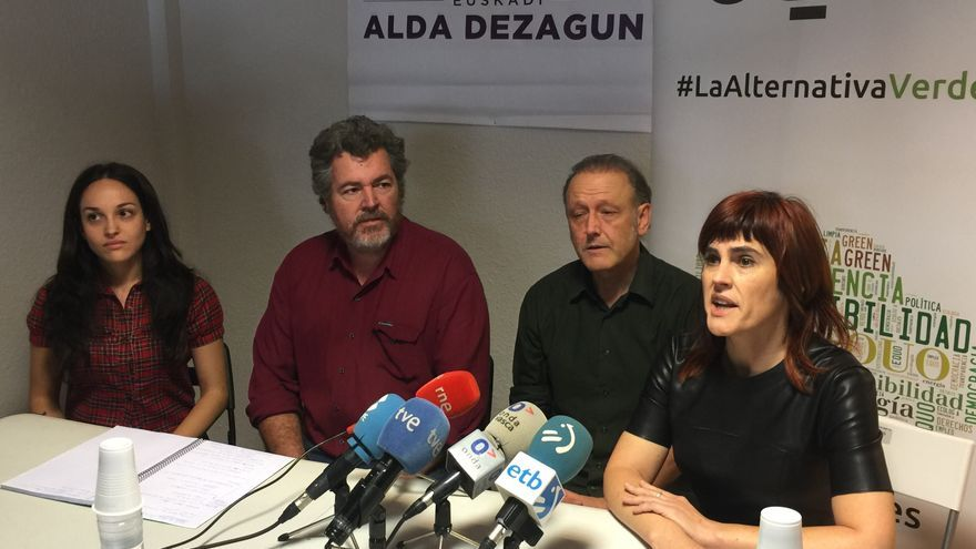 El candidato Juantxo López de Uralde (segundo por la izquierda) junto al líder de Podemos en Euskadi, Roberto Uriarte.