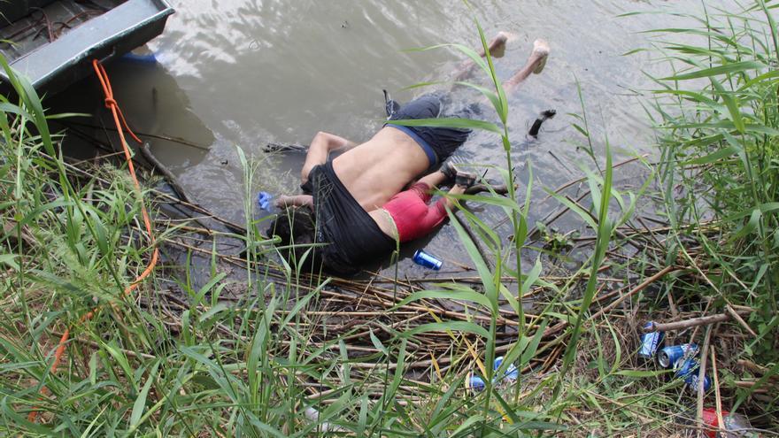 Fotografía a los cuerpos sin vida de un presunto migrante y su bebé a una orilla del Río Bravo en Matamoros, frontera con EE.UU., en el estado de Tamaulipas (México). Autoridades de Protección Civil y de la Policía de México hallaron este lunes los cuerpos de un hombre, de nacionalidad salvadoreña de acuerdo a las autoridades, de 25 años y su hija de 1 año y 11 meses, de quienes se presume, murieron ahogados cuando intentaban cruzar hacia Estados Unidos por el fronterizo río Bravo.