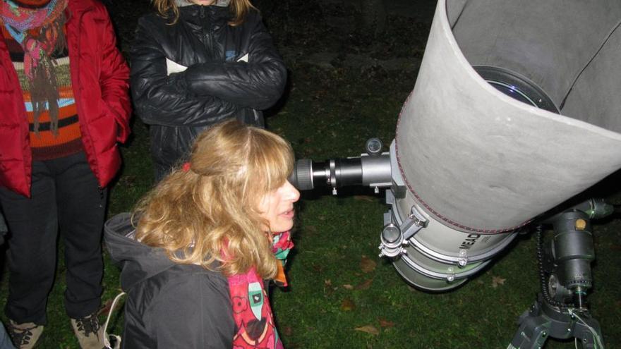 Una joven participa en una observación astronómica en el parque botánico de Santa Catalina