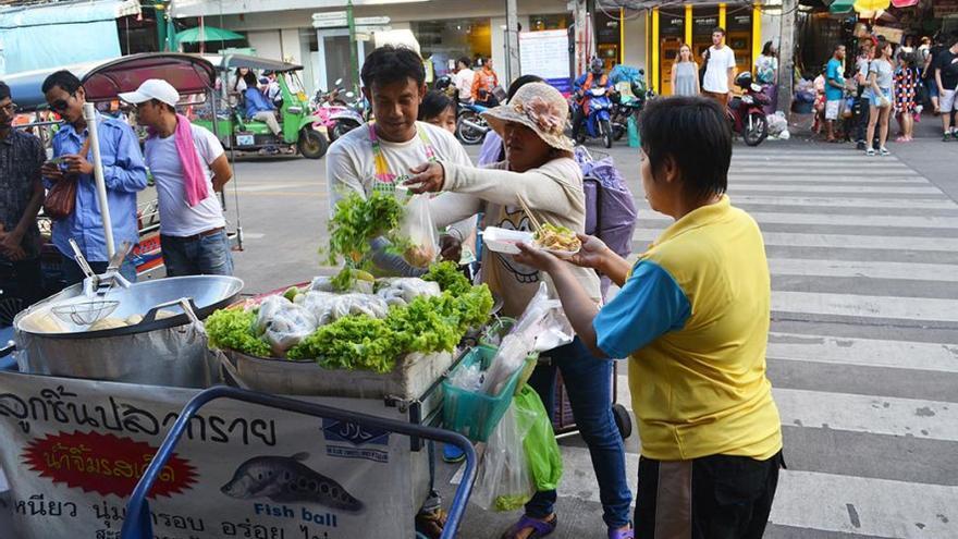 Puesto de comida ambulante en Bangkok. (Cedida a Canarias Ahora).