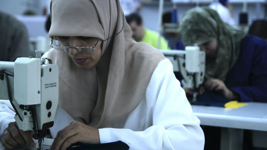 Dona teixint en un taller del Marroc