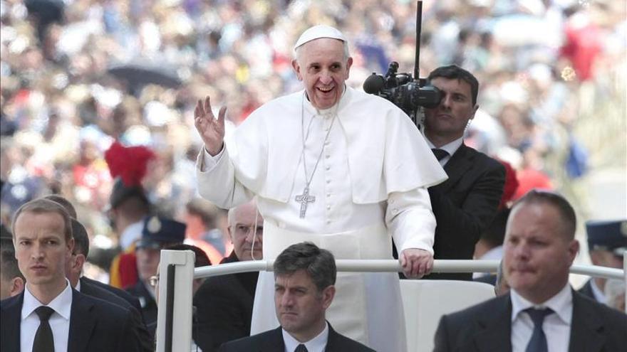 El Vaticano asegura que el papa no realizó un exorcismo sino que sólo rezó por un enfermo