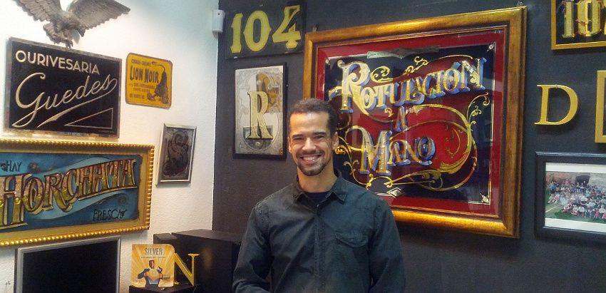 Diego Apesteguia en su taller de la calle Molino de Viento | Foto: Somos Malasaña