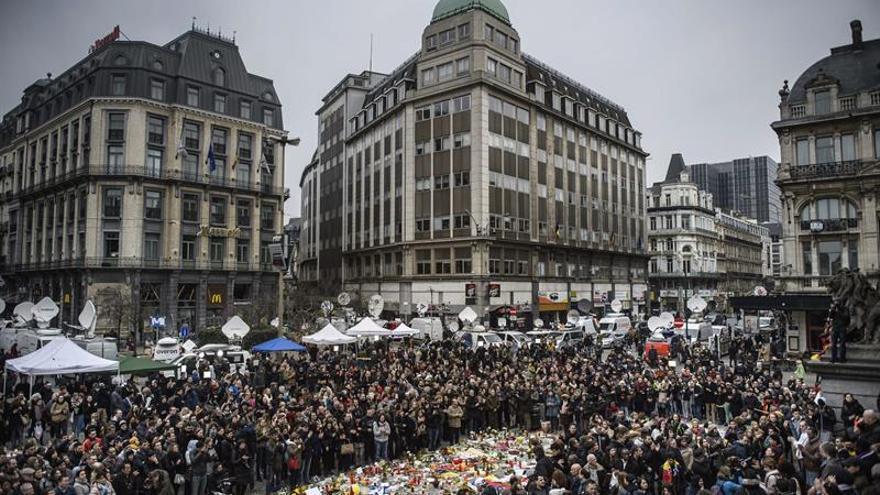 Hooligans interrumpen una concentración pacífica contra los atentados de Bruselas