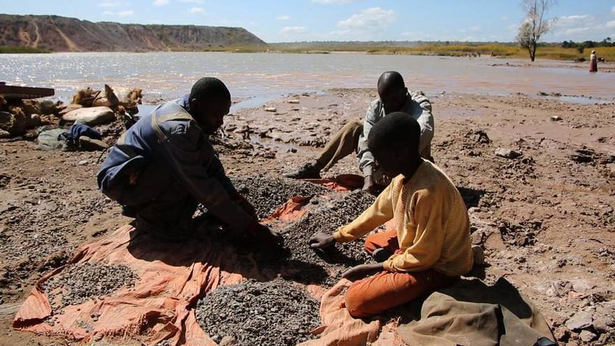 Niños trabajando en la cadena de producción de cobalto