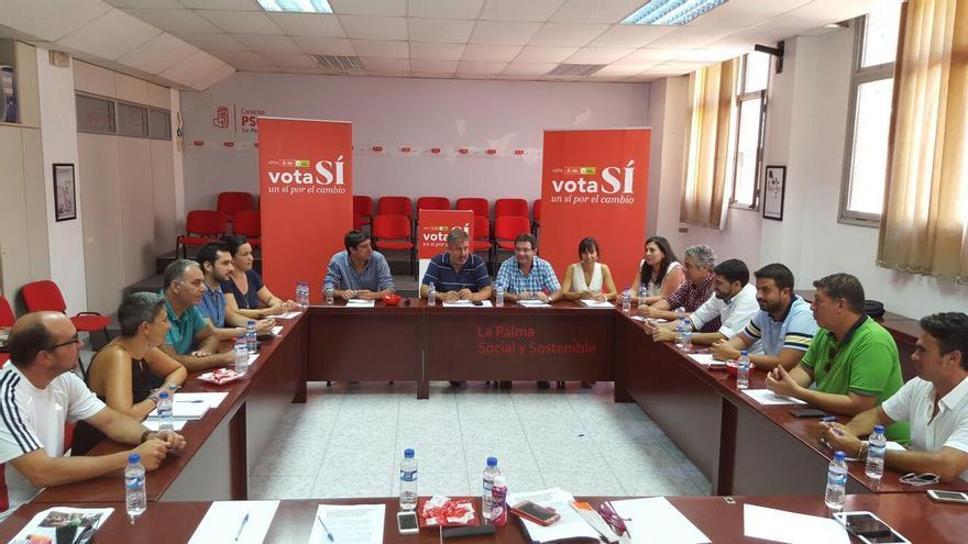 Reunión de los portavoces socialistas de los 14 ayuntamientos con el  secretario de Organización del PSOE en La Palma, Jorge González.