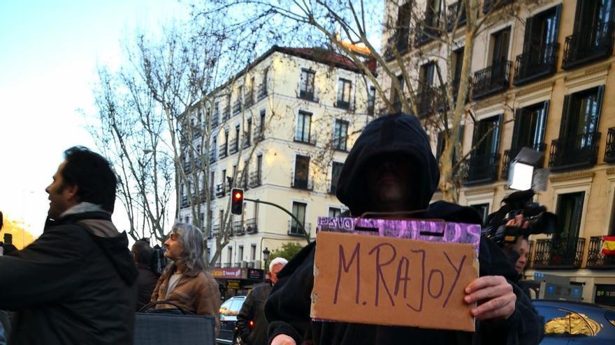 """Un manifestante disfrazado de la muerte y con un cartel que califica a Mariano Rajoy como """"el gran precarizador"""""""