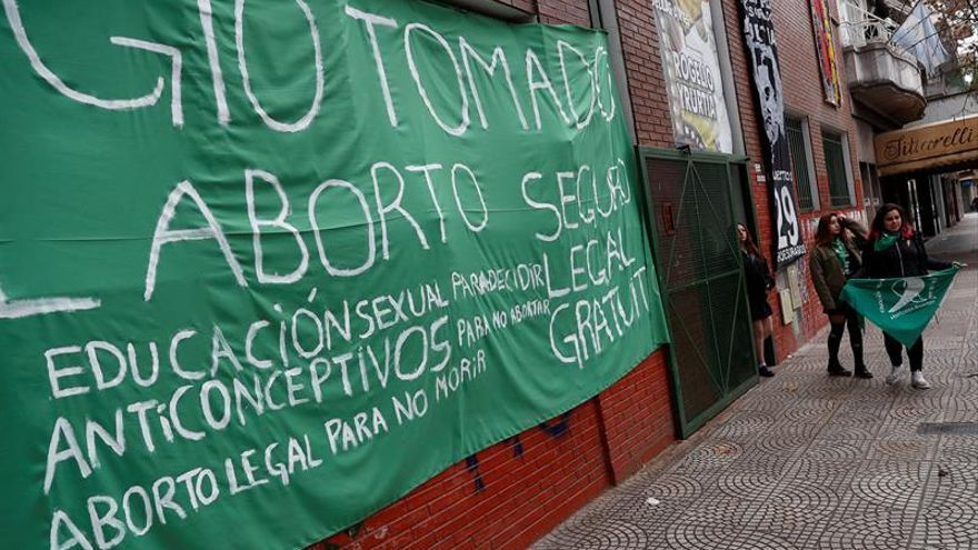 Estudiantes ocupan escuelas de Buenos Aires para pedir la legalización del aborto