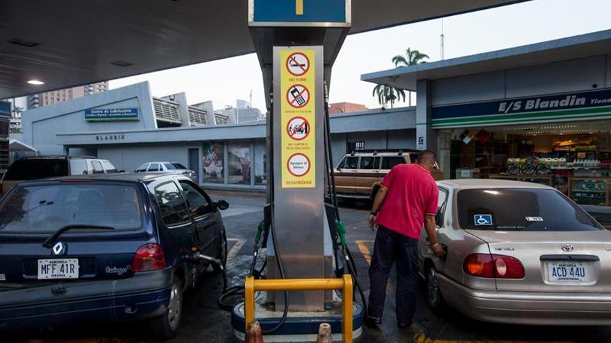 Venezuela raciona la venta de gasolina en cinco estados por escasez de combustible