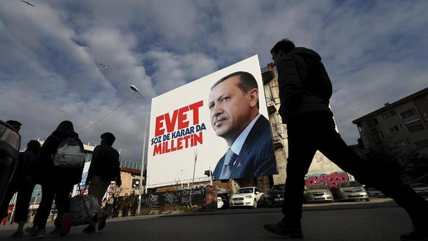 """Erdogan advierte de que habrá que """"hablar"""" con la UE tras el referéndum"""