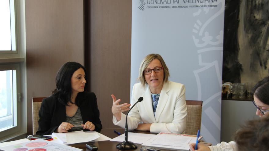 La consellera de Vivienda, María José Salvador (derecha) y la la directora general, Rebeca Torró.