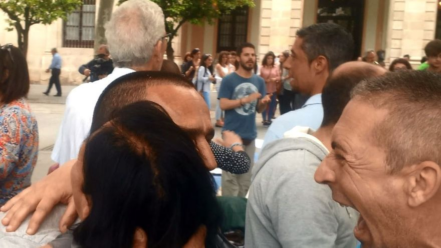 Las escenas de alegría eran innumerables ante el Ayuntamiento de Sevilla al conocer el realojo.