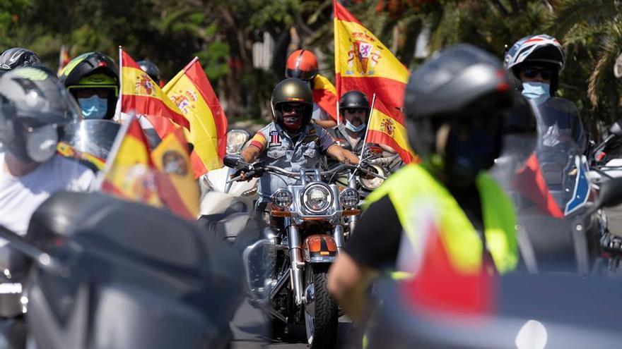 Caravana de coches en Santa Cruz de Tenerife convocada por Vox para protestar por la gestión de la pandemia por parte del Gobierno