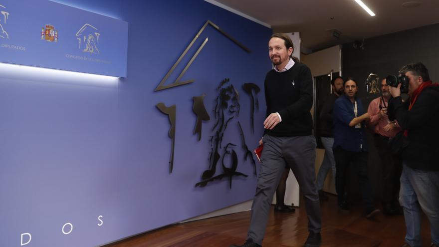 Pablo Iglesias se dirige al atril para la rueda de prensa posterior a su reunión con el rey.