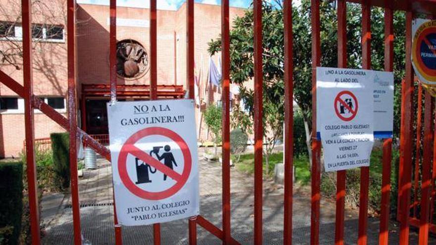 protesta contra la gasolinera junto al colegio Pablo Iglesias en Talavera