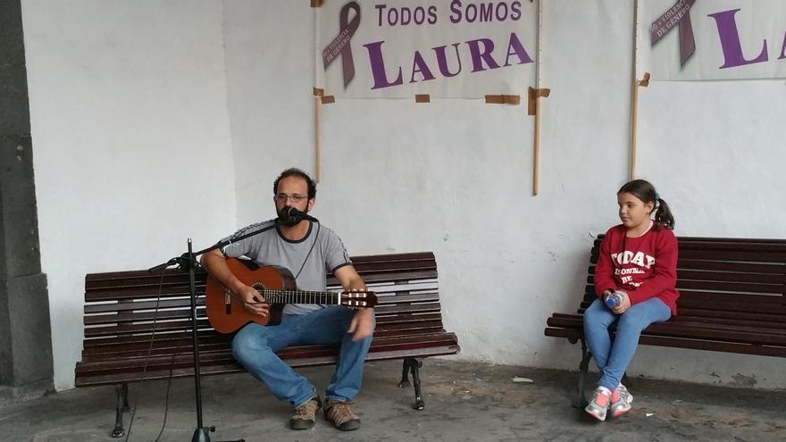 El cantautor Carlos Pais, acompañado de su hija, interpretó una canción. Foto: LUZ RODRÍGUEZ