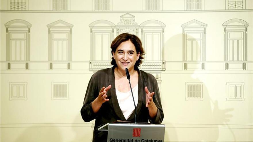 Ada Colau invita al ministro Soria a pasar unas vacaciones en la Barceloneta