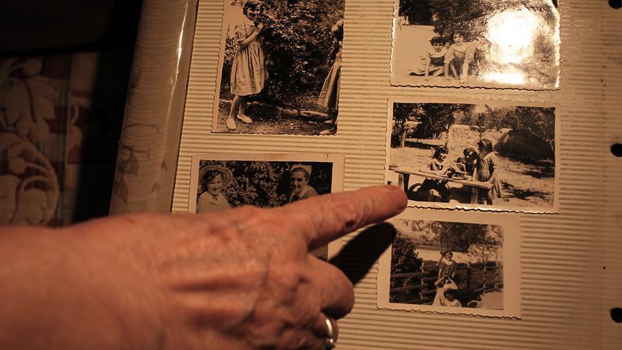 Victoria con el álbum de fotos de Guadarrama. | JUAN MIGUEL BAQUERO