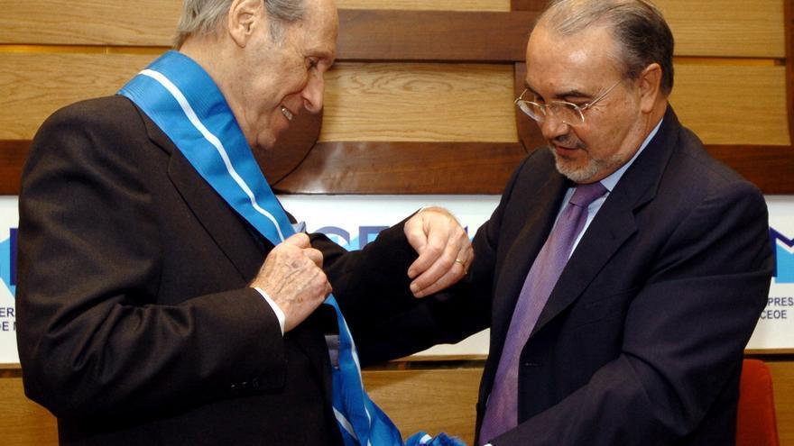 El entonces vicepresidente económico y ministro de Hacienda, Pedro Solbes, condecora al empresario Max Mazín durante un acto en CEOE en mayo de 2006. Foto: EFE