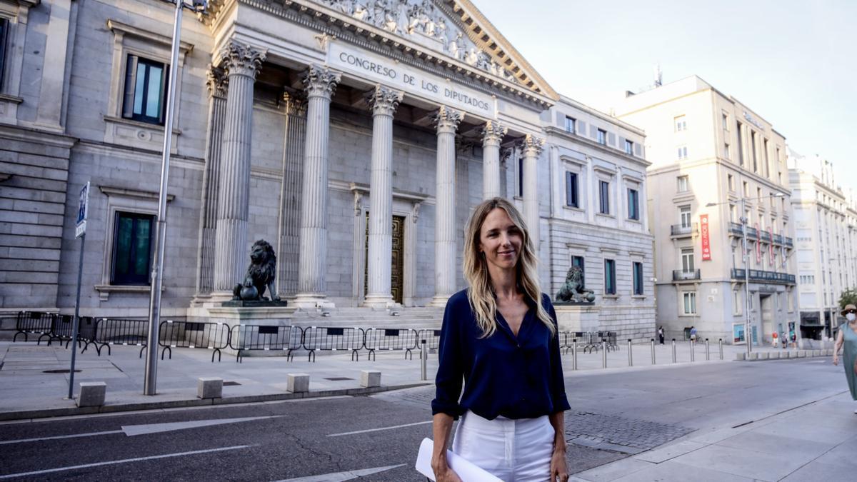 La exportavoz del Grupo Popular en el Congreso, Cayetana Álvarez de Toledo, ofrece una declaración pública en el exterior del Congreso el día en que el presidente del PP Pablo Casado ha nombrado a Cuca Gamarra como nueva portavoz, en Madrid a 17 de agosto